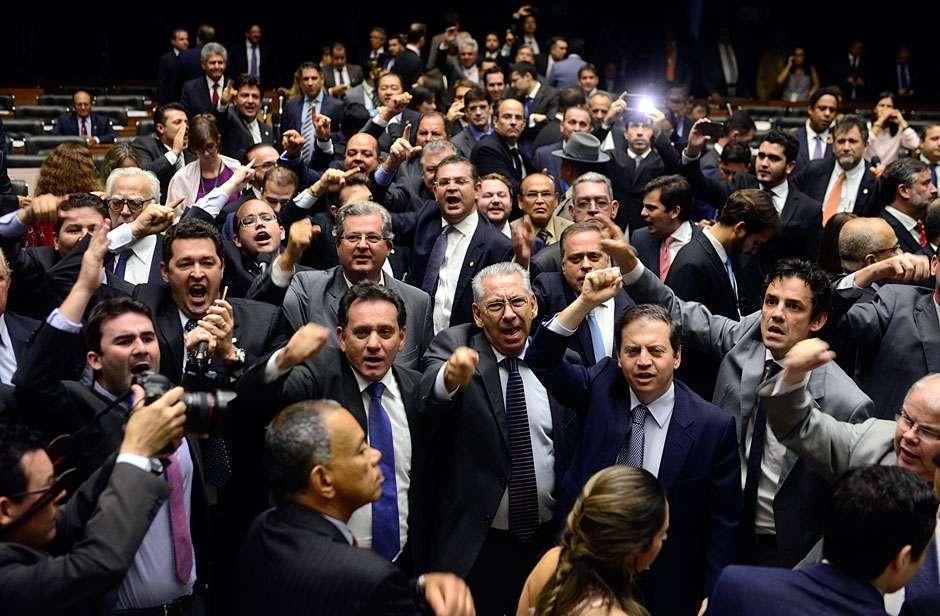 Oposição na Câmara pede renúncia de Dilma e prisão de Lula