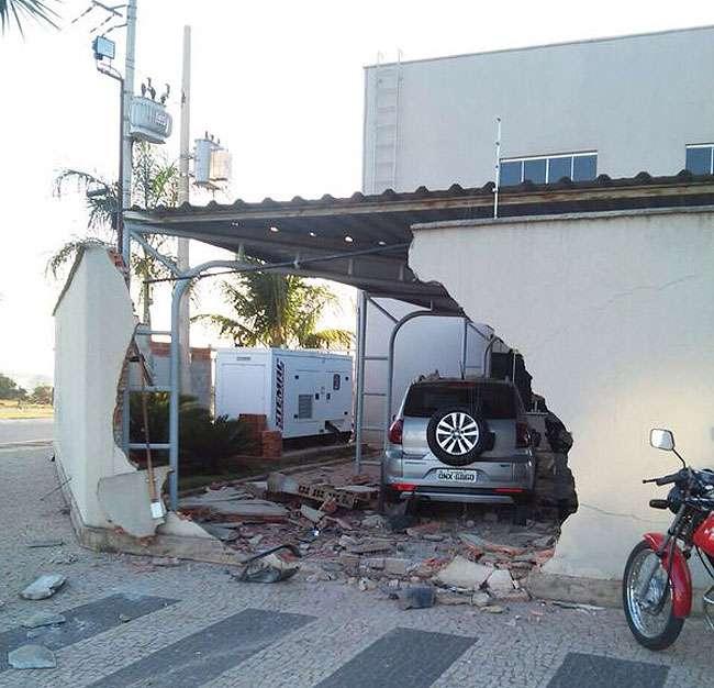 Motorista perde controle da direção, invade pátio de empresa e destrói muro