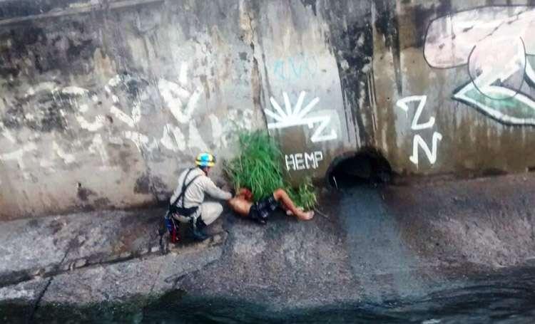 Bombeiros resgatam homem que caiu de ponte na Marginal Botafogo
