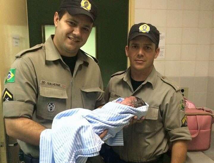 Policiais auxiliam na realização de um parto na zona rural de Piracanjuba