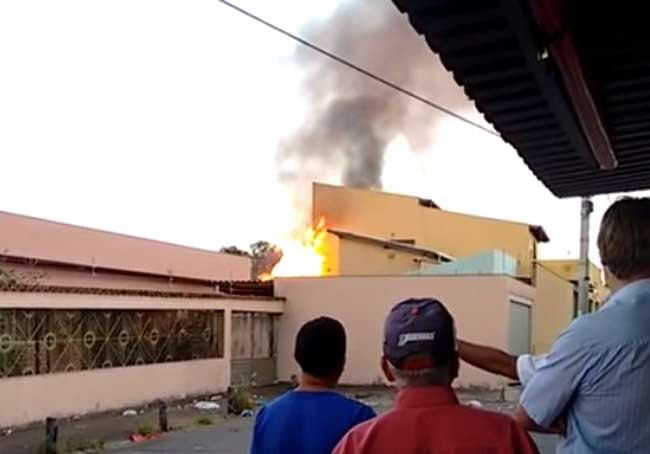 Bombeiros combatem incêndio em casa, em Anápolis