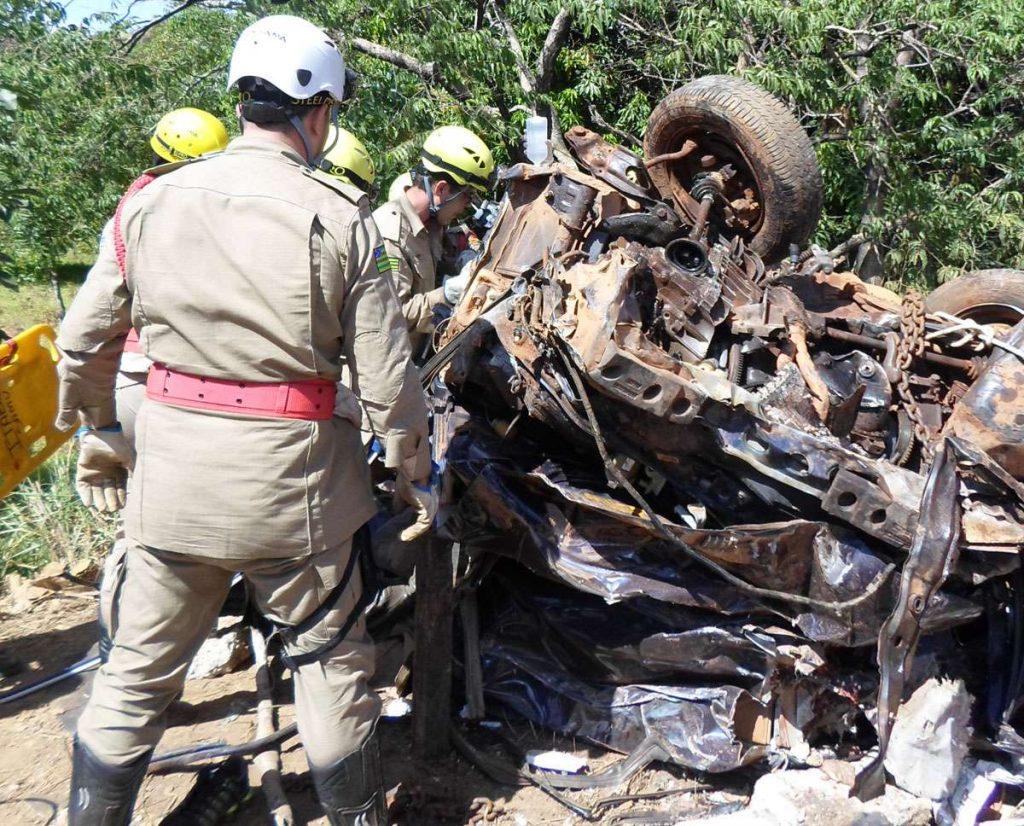 Duas mulheres morrem esmagadas entre dois caminhões na GO-156