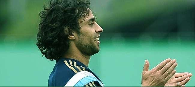 Em recuperação, Valdivia volta a treinar com bola