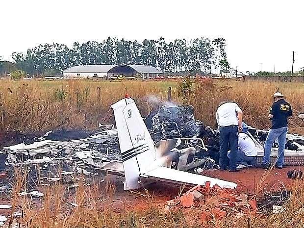 Mulher resgata filho de dentro de avião que caiu em MT