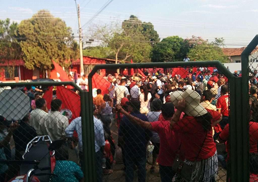 Integrantes do MST fazem protesto em frente a SSP