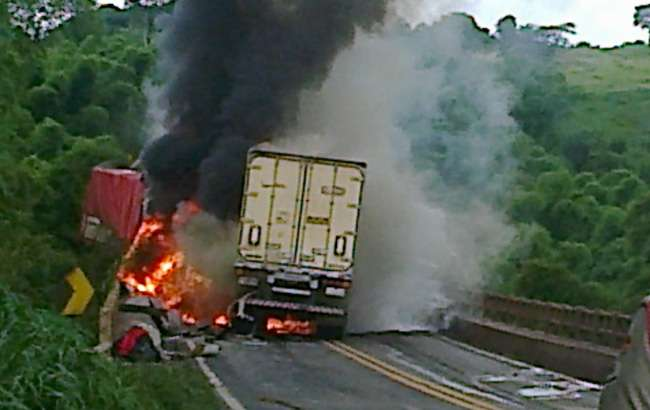 Acidente com cinco carretas deixa ao menos dois mortos na BR-364