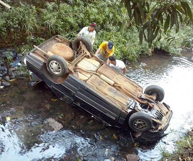 Carro cai dentro do Córrego Campim Puba e deixa duas pessoas feridas