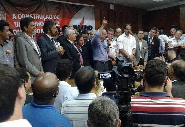 Em meio a protestos de professores, Iris Rezende lança candidatura