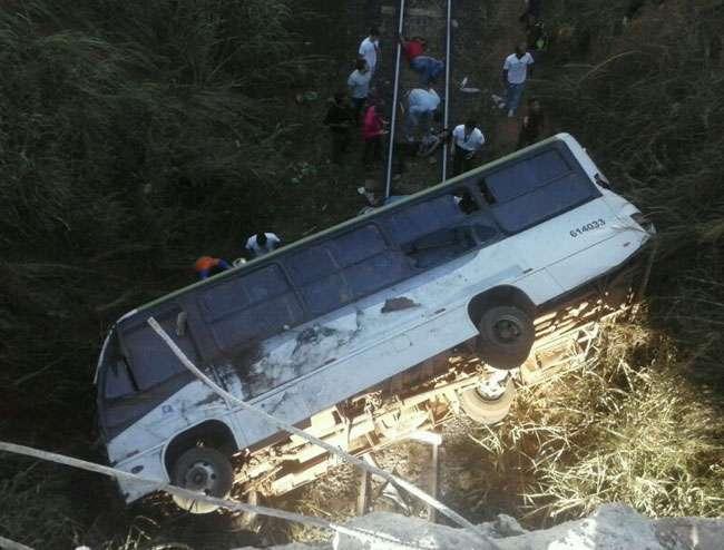 Micro-ônibus cai em ribanceira e pelo menos 7 ficam feridos em Valparaíso
