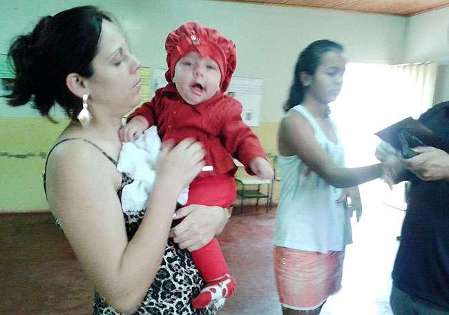 Jovens e até bebês fazem seu primeiro documento de identidade