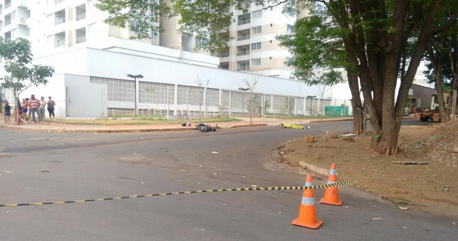 Motociclista de 22 anos morre após colidir com caminhão no Parque Industrial Paulista