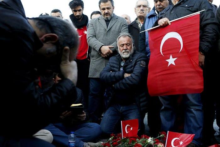 Dia de luto é declarado após duas explosões terem matado 38 pessoas em Istambul