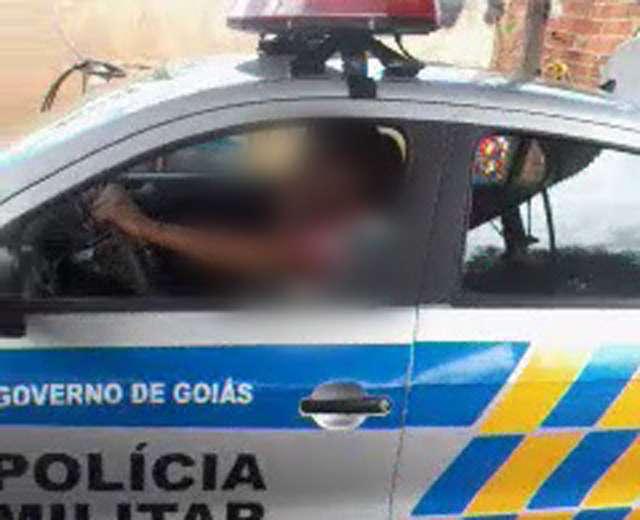 De novo: funcionário de lava-jato brinca dentro de viatura da PM, em Cezarina