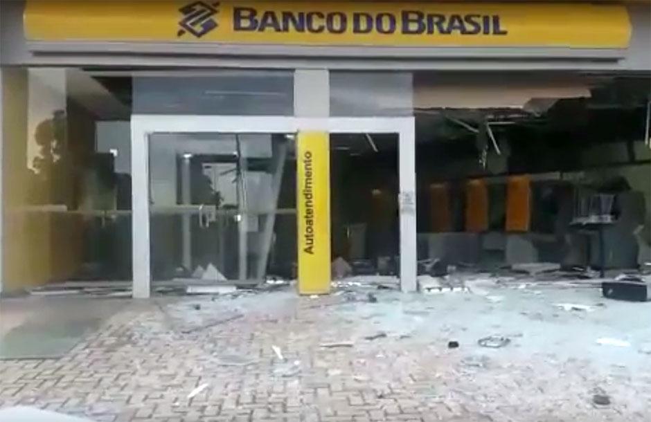 Bandidos explodem caixas eletrônicos no Jardim Novo Mundo, em Goiânia