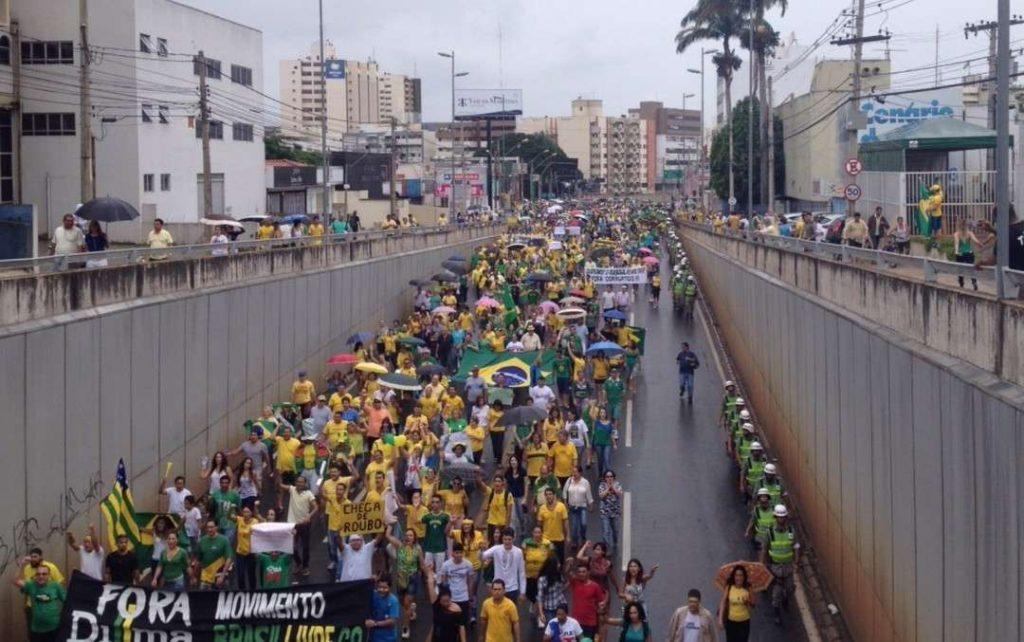 Manifestantes tomam conta das ruas de Goiânia