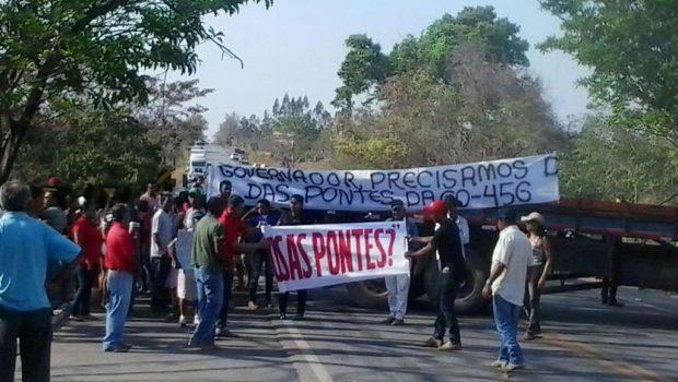 Manifestantes bloqueiam GO-164, próximo a Faina, para pedir construção de pontes