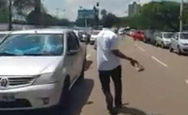 Homem se revolta e quebra o vidro de dois carros que impediam a saída do seu veículo