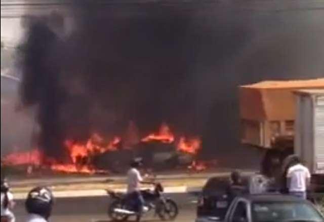 Bombeiros combatem incêndio no Setor Garavelo