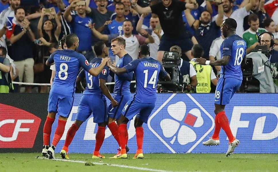 França segura pressão da Alemanha e avança para final com dois gols de Griezmann