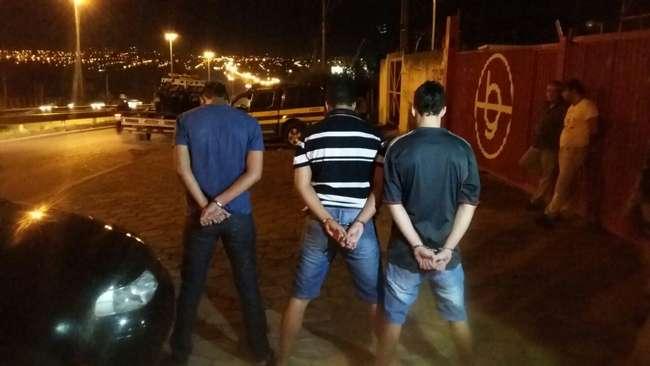 Três jovens são presos com veículo roubado e arma de fogo