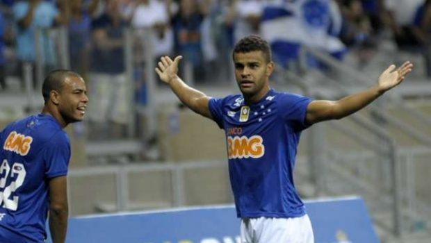 Cruzeiro vence Atlético-PR e segue tranquilo na ponta
