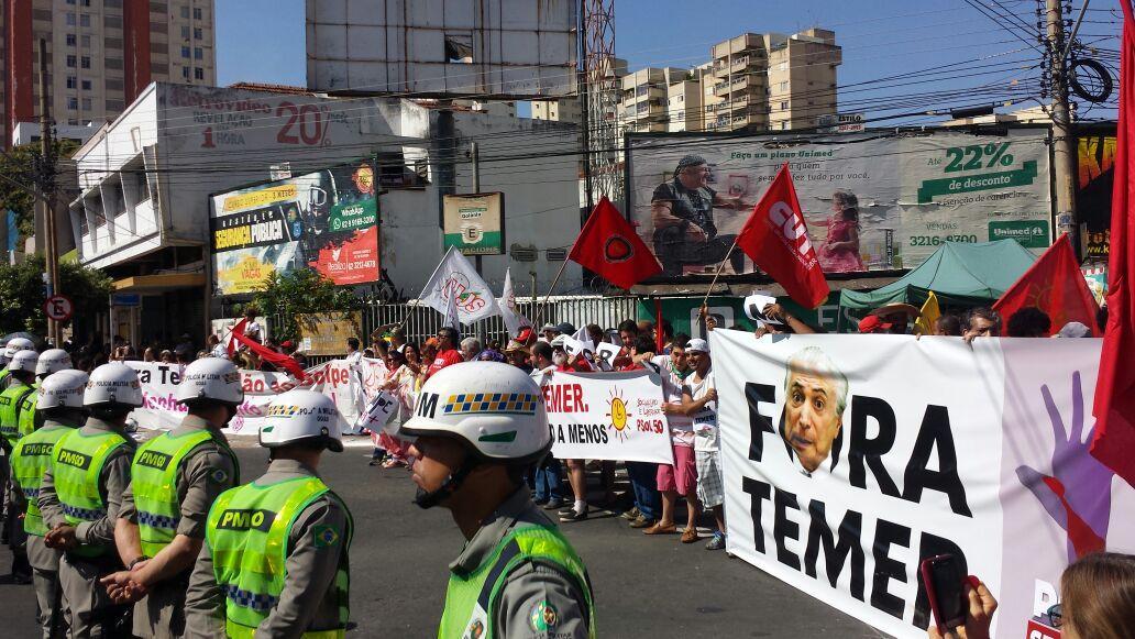 Manifestantes protestam no Centro de Goiânia contra o governo de Michel Temer