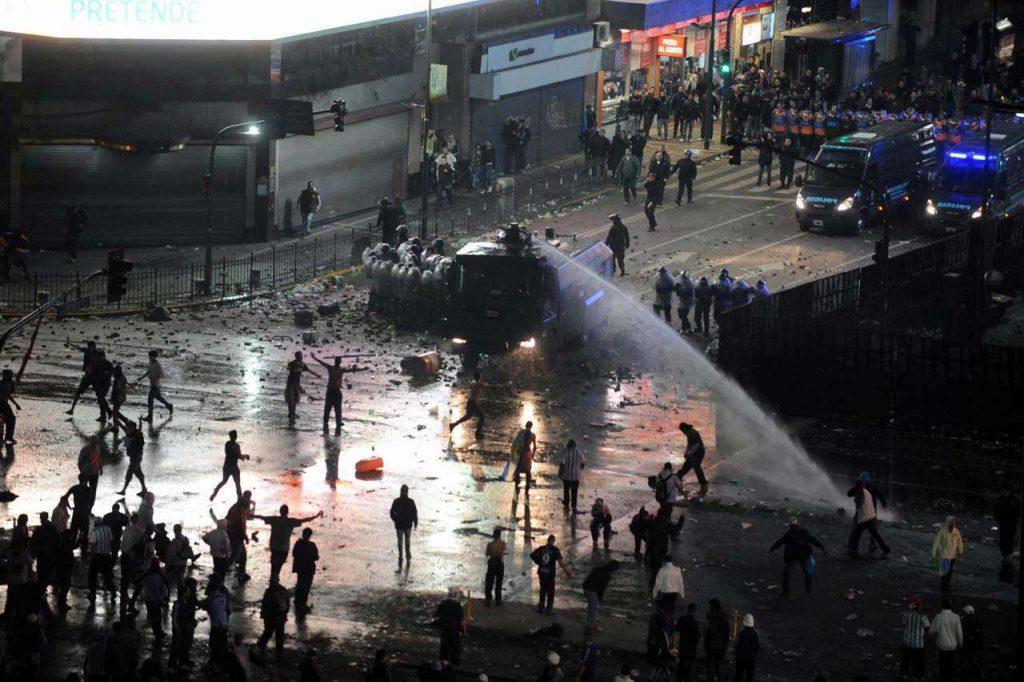 Buenos Aires tem confusão e vandalismo após vice