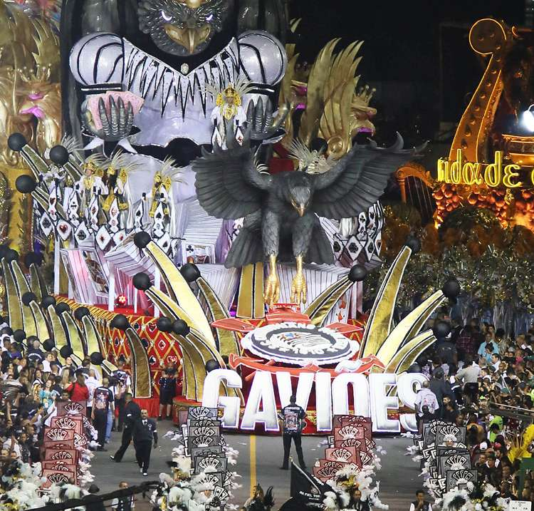 Vai-Vai e Gaviões da Fiel incendeiam o sambódromo no 2º dia de desfiles de SP