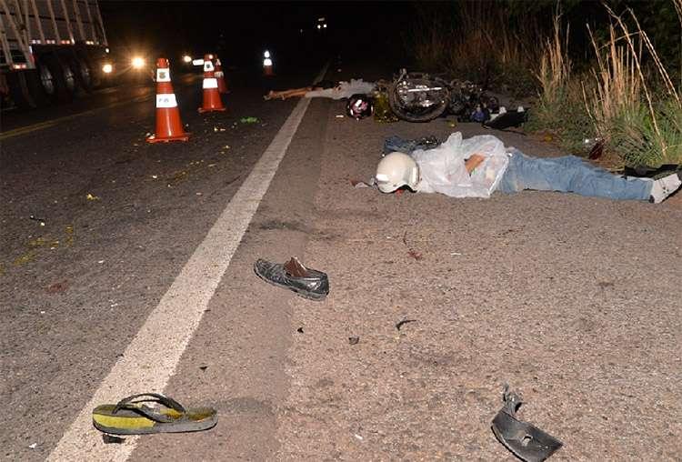 Pneu se solta de um caminhão e mata duas pessoas na BR-153