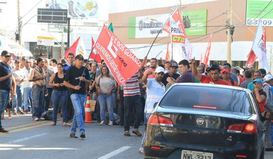 Manifestantes ligados à CUT e ao MST protestam em frente à sede da Acieg contra privatização da Celg D