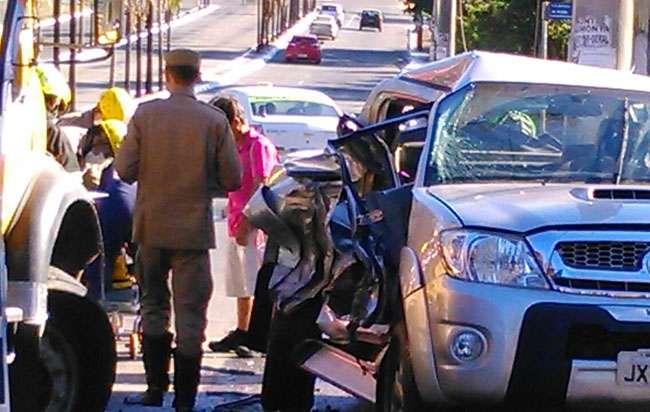 Motorista invade sinal vermelho e é atingida por caminhão na Rua 90
