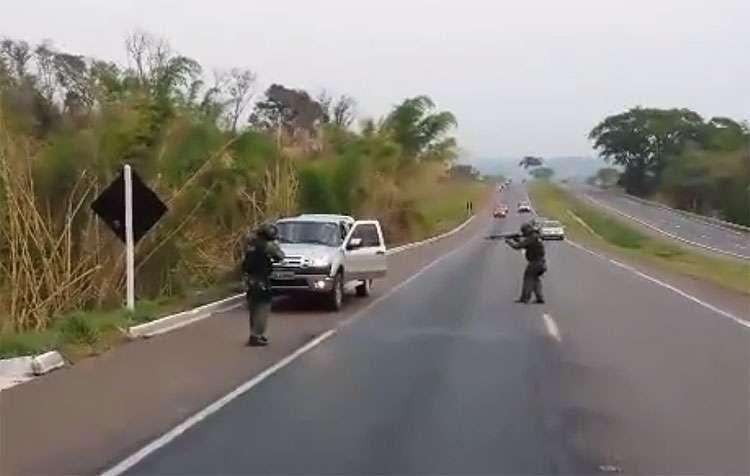 Policiais do Graer perseguem caminhonete roubada e prende suspeito