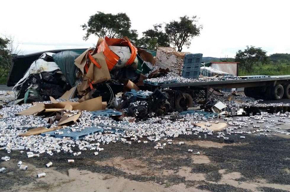 Motorista de carreta morre em acidente na BR-364