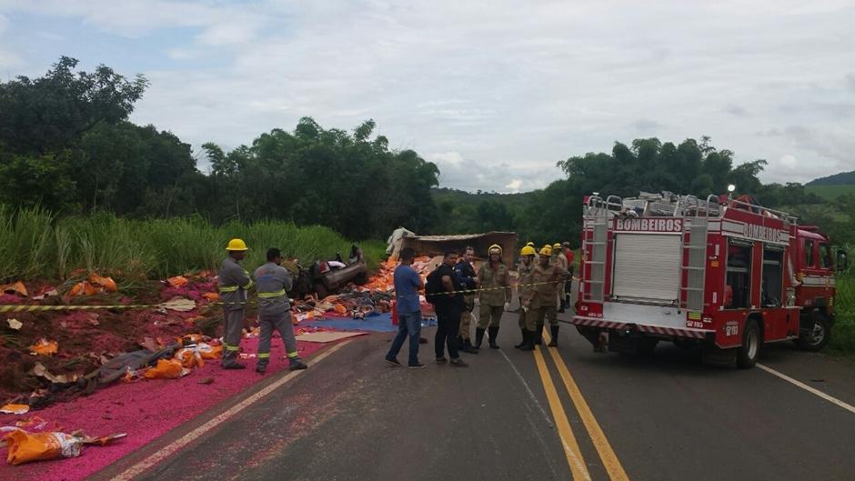 Acidente entre carreta e carro deixa quatro mortos na BR-364