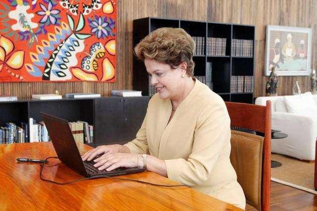 TSE rejeita multa a Dilma por bate-papo no Facebook