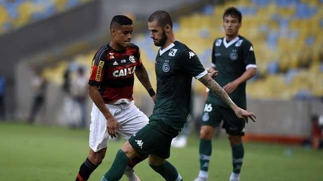 Mesmo vaiado, Flamengo vence e mantém Goiás no Z-4