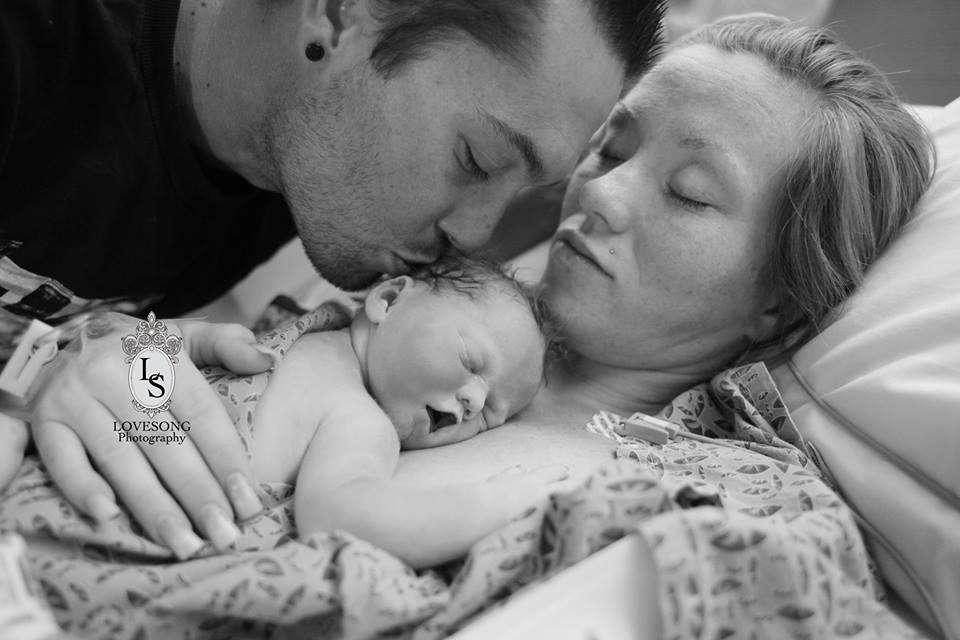 Casal homenageia filha que nasceu morta com ensaio de fotos