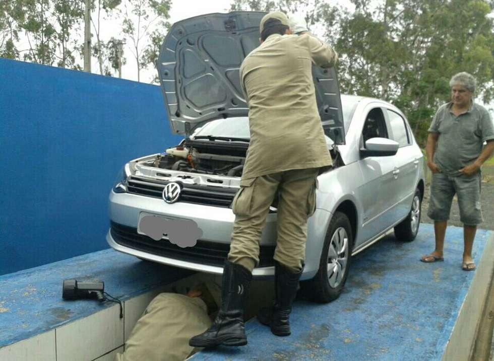 Bombeiros resgatam gato que se escondeu em motor de veículo em Caldas Novas