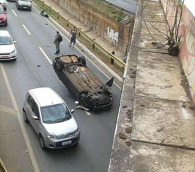 Homem fica ferido após capotamento na Marginal Botafogo