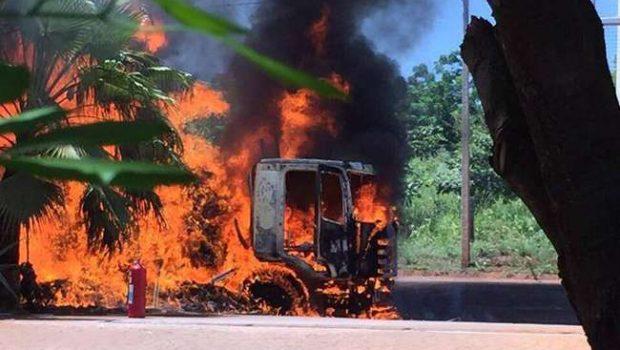 Caminhão baú pega fogo na porta de hotel, em São Simão