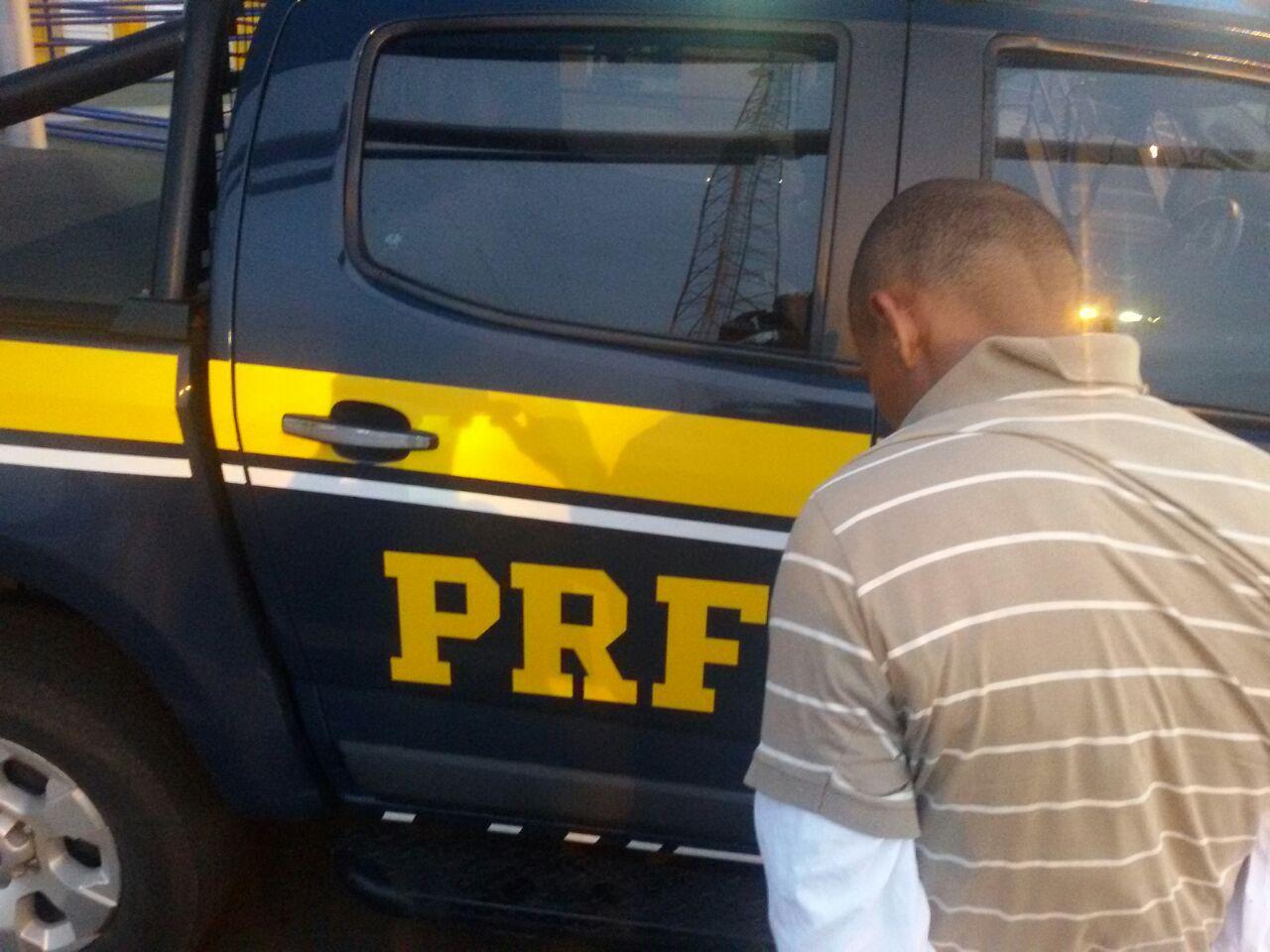PRF prende homem armado na BR-050, próximo a Campo Alegre