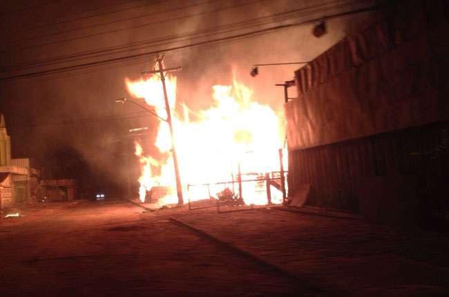 Incêndio consome instalações de madeireira no Setor Garavelo