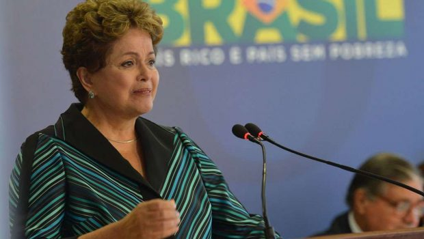 Dilma chora ao receber relatório sobre ditadura e diz que país merece a verdade