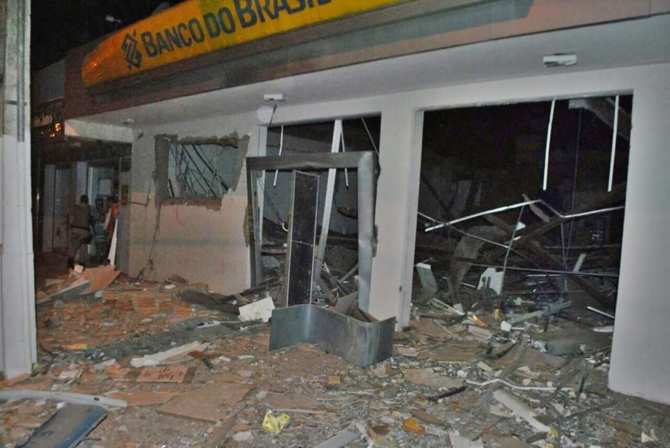 Quadrilha cerca polícia, faz reféns e explode agência bancária em Santa Terezinha de Goiás