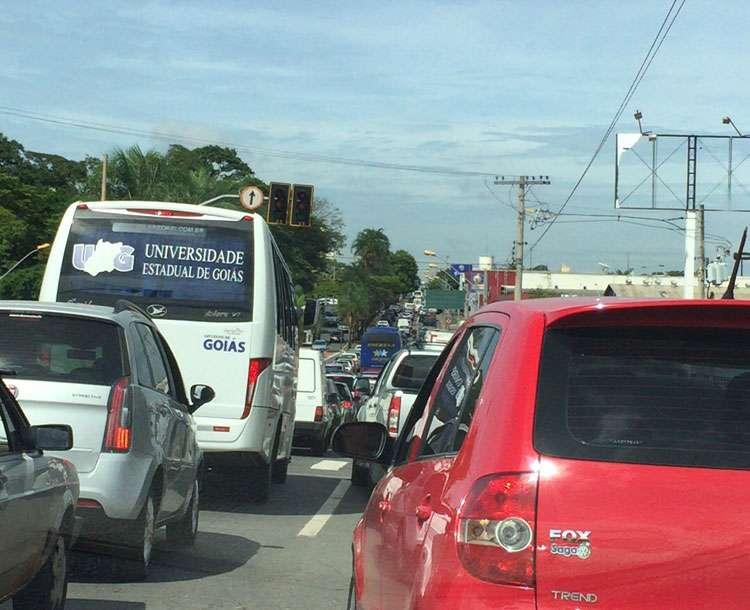 Semáforos apagados causam congestionamento nas proximidades da Rodoviária de Goiânia