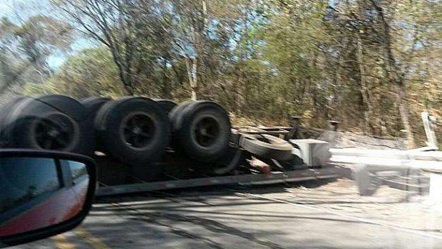Caminhão tomba na BR-153 e deixa motorista ferido