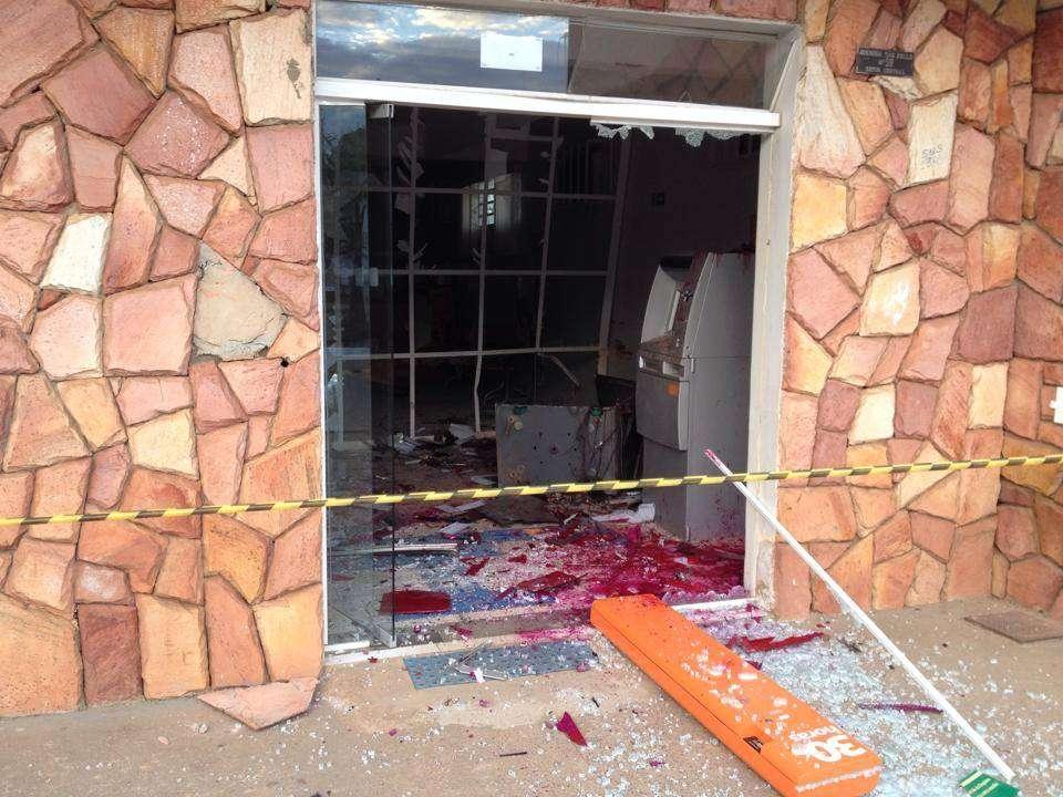 Bandidos explodem caixa eletrônico de agência bancária em Cocalzinho