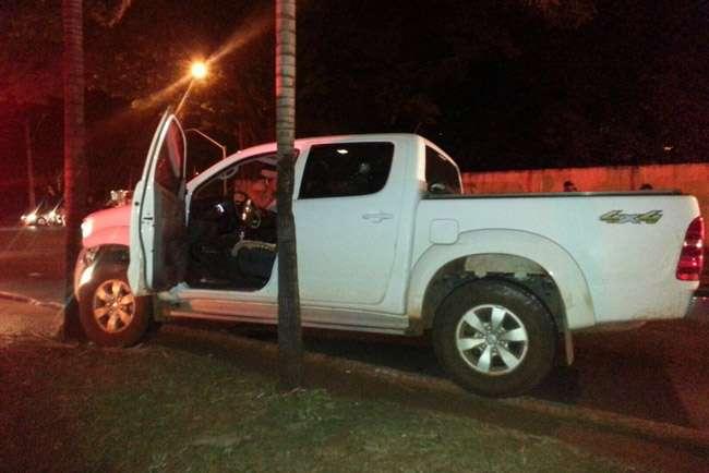 Dois homens roubam caminhonete, trocam tiros com a PM e um acaba morto