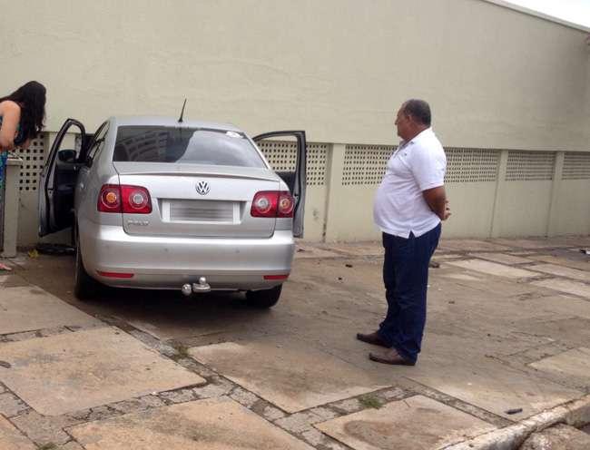 Carro bate em muro e invade garagem de prédio em Goiânia