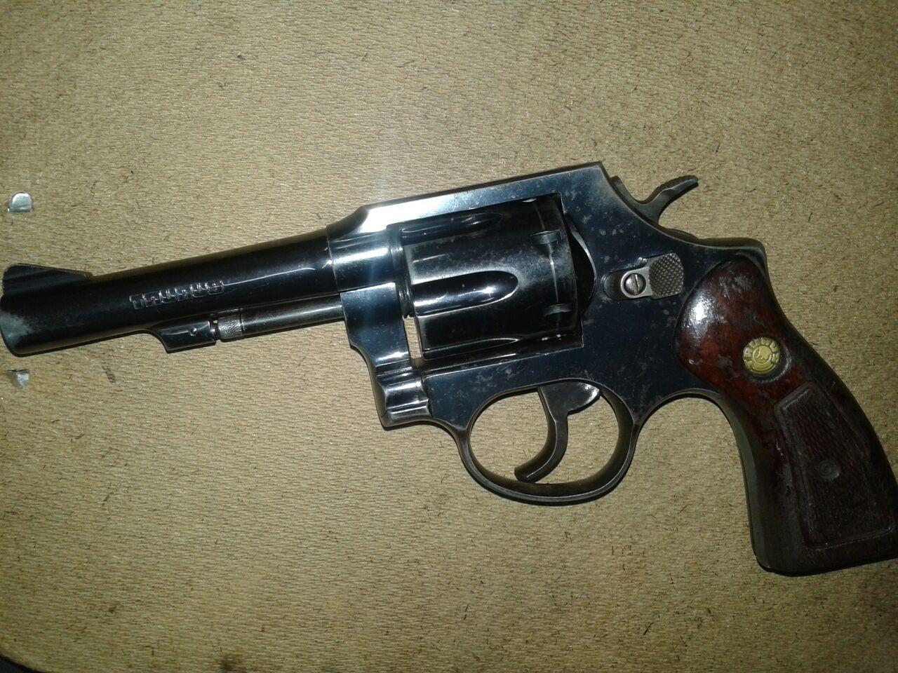 Menor é apreendida com carro roubado e arma de fogo, em Goiânia